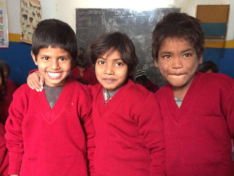Kleding voor de schoolkinderen van de Buddha's Smile School