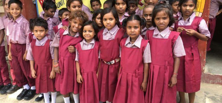 Kinderen BSS dolgelukkig met nieuwe schooluniformen